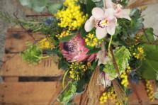 Mélange inattendu, mimosa, protea et orchidées. ©Gali M Livraison de bouquets à Toulouse