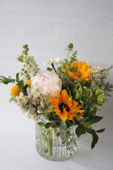 Bouquet de saison pour la fête des mères avec pivoine et tournesols